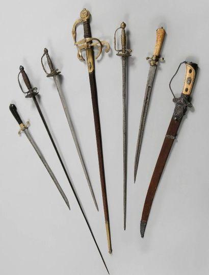 Curieuse épée à branches de style XVIIe siècle. Fusée recouverte de basane avec...