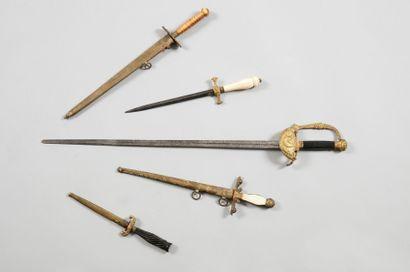 Dague d'officier de marine anglais. Poignée en corne blonde, décorée au trait. Virole...