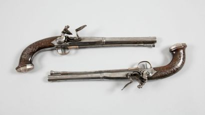 Longue paire de pistolets à coffre à silex...