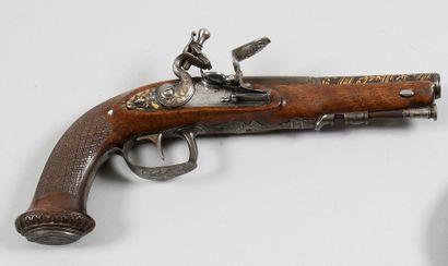 Pistolet d'officier à silex. Canon bleui...