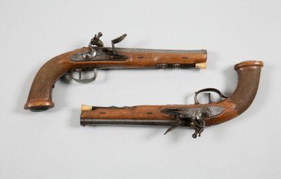 Paire de pistolets à silex d'officier. Canons...