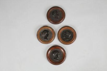 Ensemble de quatre médaillons en bois durci...