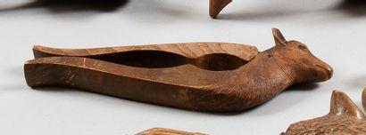 La biche Casse noix à branches, en bois sculpté....