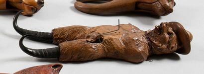 L'ours tyrolien Porte-chapeau en bois sculpté,...