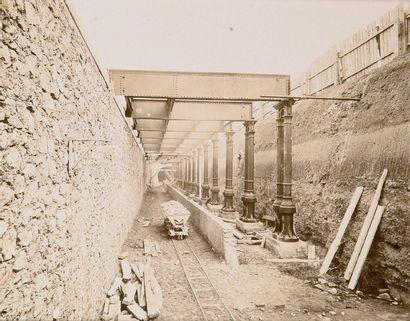Construction du chemin de fer métropolitain...