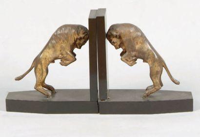 Paire de serre-livres bisons en bronze argenté...