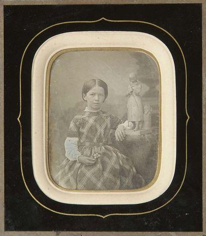 Portrait de jeune fille à la statue de Jeanne...