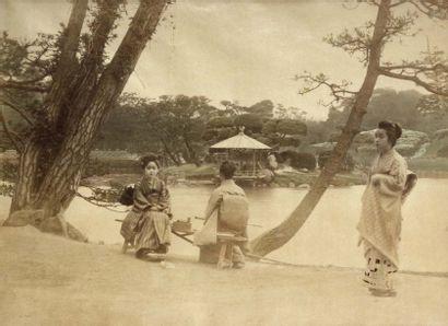 Japon, c. 1880. Jardin et geïshas. Tirage...