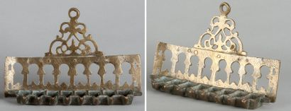 LAMPE DE HANOUCCA - Bronze. Dossier à huit...