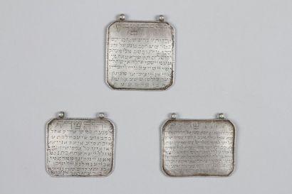 AMULETTES - Trois plaques en argent, munies...