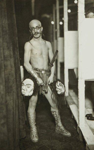 PHOTOGRAPHIE Le peintre T. Foujita déguisé...