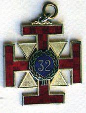 Bijou du «32°», croix pattée rayonnante avec...