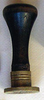 Cachet à cire en bronze, manche en bois :...