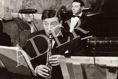 L'homme à l'imperméable, 1957. De Julien...