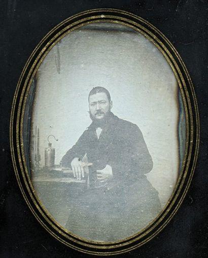 Portrait d'homme accoudé, c. 1845. Daguerréotype...