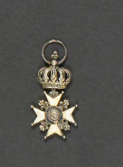 FRANCE Croix du Lys. Argent et émail (jaunie,...