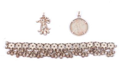 Lot de bijoux en argent comprenant : un bracelet,...