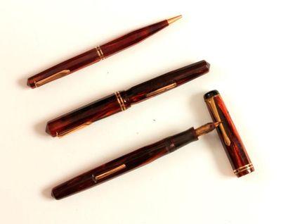 Lot de trois stylos en bakélite dont deux...