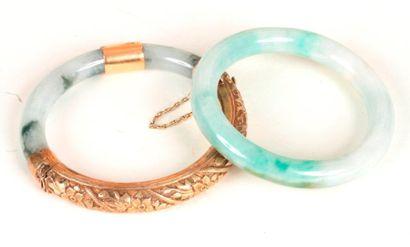 Suite de deux bracelets en jade, l'un monté...