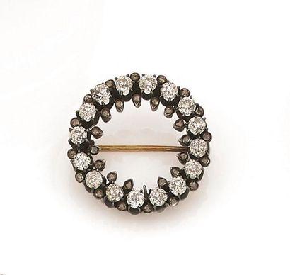 Broche en argent formant une couronne, ornée...