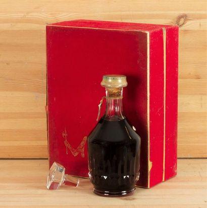 1 B COGNAC BACCARAT XO (Coffret sale) 4 cm sur bouchon; s.e; capsule estampée, Hennessy,...