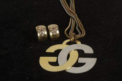 GIVENCHY. Long collier en métal doré retenant...