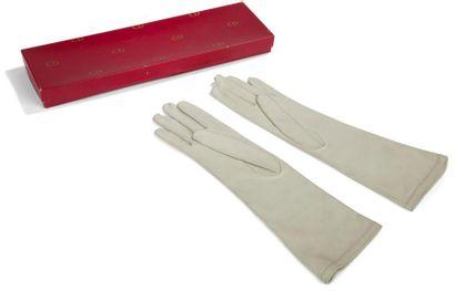 HERMES Paire de gants en veau gris.