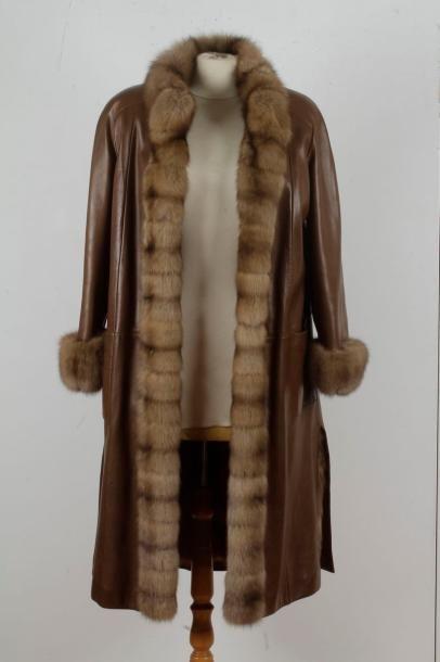 G.R Fischelis : manteau en cuir marron, parements...