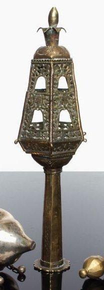 RIMON (seul, d'une paire) Bronze ajouré et laiton gravé. Le pied octogonal, gravé...