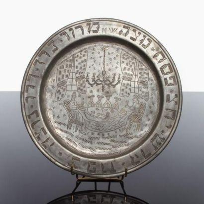 PLATEAU DE SEDER - Étain gravé du décor traditionnel de la table du Séder avec les...
