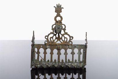 LAMPE DE HANOUCCA - Bronze ajouré. Dosseret...