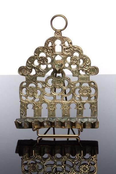 LAMPE DE HANOUCCA - Bronze moulé et ciselé....