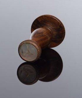CACHET - Nacre gravée et poignée en bois...