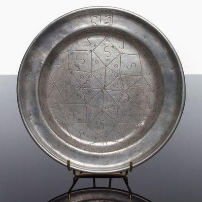 PLATEAU DÉCORÉ - Étain gravé d'un décor d'étoile...