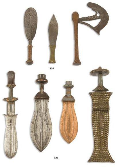 Un lot composé d'un couteau, une épée courte...