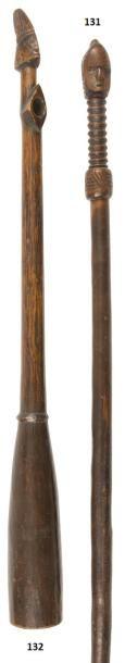 Une ancienne canne de prestige ou bâton d'initiation,...