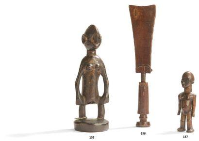 Une ancienne statuette-poupée akwaba au corps...