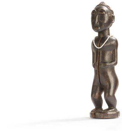 Une statuette waka sona au visage scarifié...