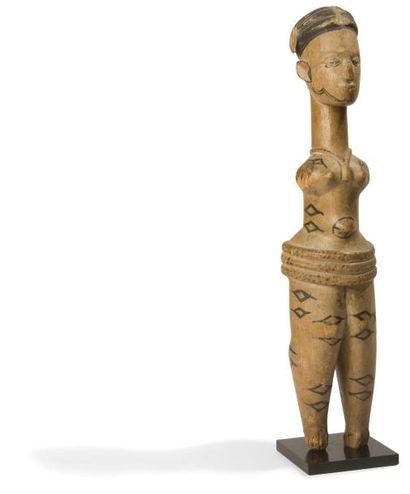 Une ancienne statue à décors teints et aux...