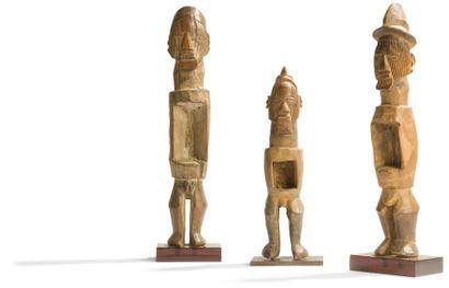 Un lot de trois anciennes statuettes «fétiches»....