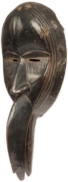 Un rare et ancien masque anthropo-zoomorphe à bec d'oiseau, orné des scarifications...