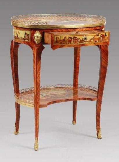 Rare table de salon, de forme ovale, en placage de bois indigène partiellement teinté,...