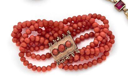 Bracelet de 5 rangs de billes de corail,...
