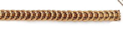 Bracelet en or 18K (750) gravé, articulé...