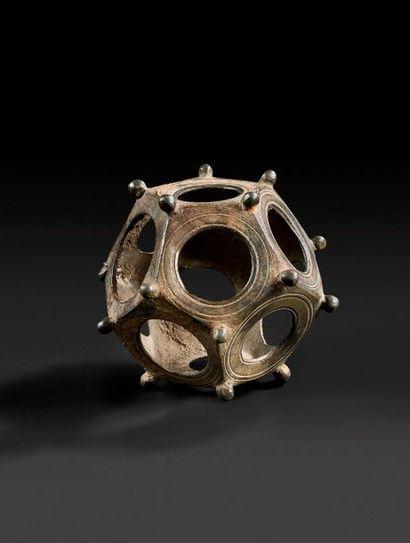 Dodécaèdre formé de douze faces pentagonales,...