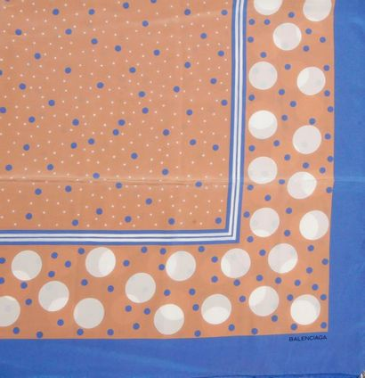 BALENCIAGA. Grand foulard en soie fond marron,...