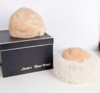 Carton à chapeau J. BARTHET contenant 2 toques...