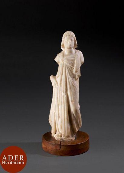 Statue de femme drapée. La coiffure dite...