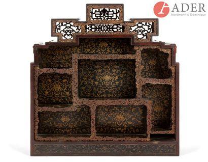 CHINE - XIXe siècle Cabinet en bois laqué...