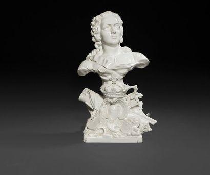 Samson Buste en porcelaine émaillée blanche représentant Louis XV sur une base carrée...
